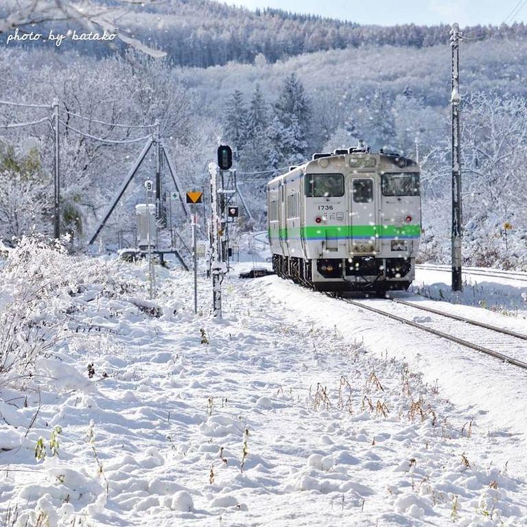 穏やかな冬晴れの中を力強く走る電車。「遠軽町の雪の中を走る電車」など 【北海道ミライノート (44)】