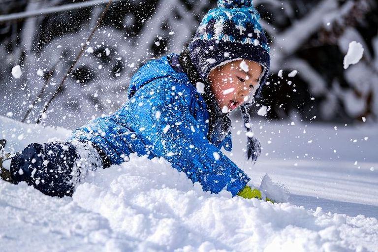 真っ白でふわふわな雪に夢中!「上ノ国町の子どもと雪」など 【北海道ミライノート (48)】|Domingo