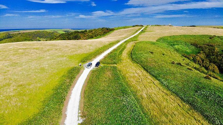 稚内宗谷丘陵にある「白い道」って何?海岸線へと伸びていく、その正体とは|Domingo