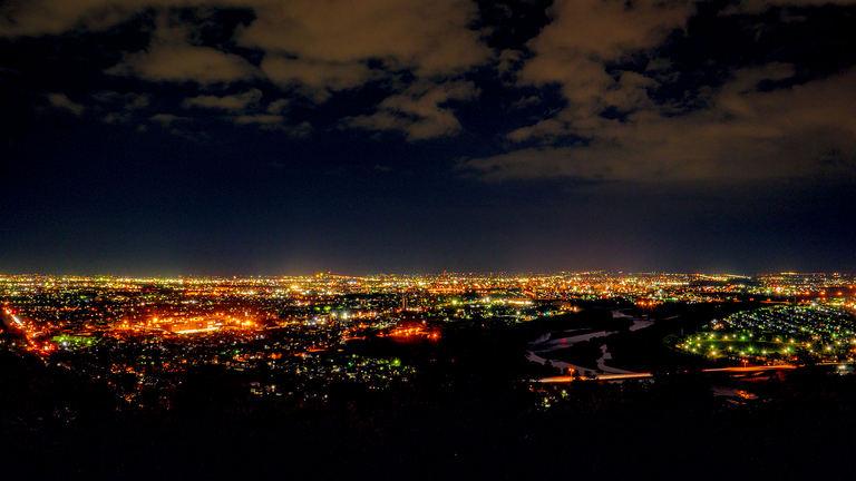 夜景もロマンチックでおすすめ!旭川市街地が一望できる「嵐山展望台」|Domingo