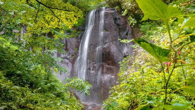 水しぶきを浴びながら絶景ハイキング!黒い岩肌を流れる美しい「有明の滝」|Domingo